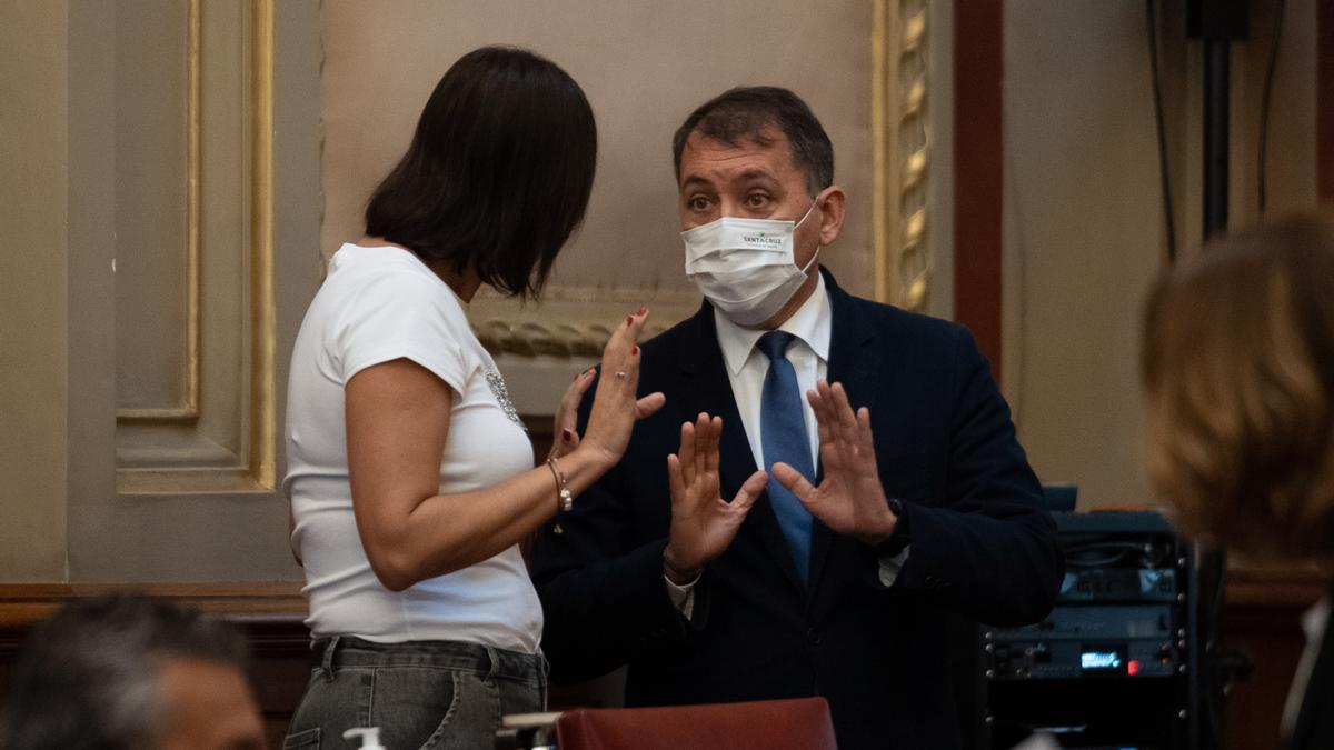 La concejala tránsfuga Evelyn Alonso y el alcalde de Santa Cruz de Tenerife, José Manuel Bermúdez, durante un pleno extraordinario.