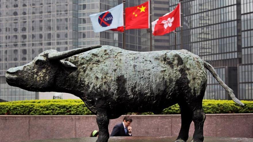 El Hang Seng recorta sus ganancias a un 0,36 % a media sesión