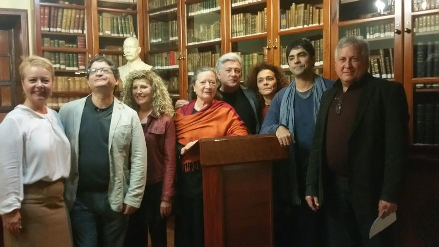 En la imagen, los protagonistas del acto junto a los miembros de La Cosmológica. Foto: LUZ RODRÍGUEZ.