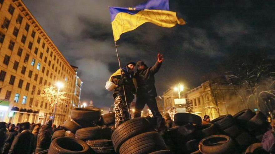 Los manifestantes y la policía ucraniana respetan la primera noche de tregua en Kiev