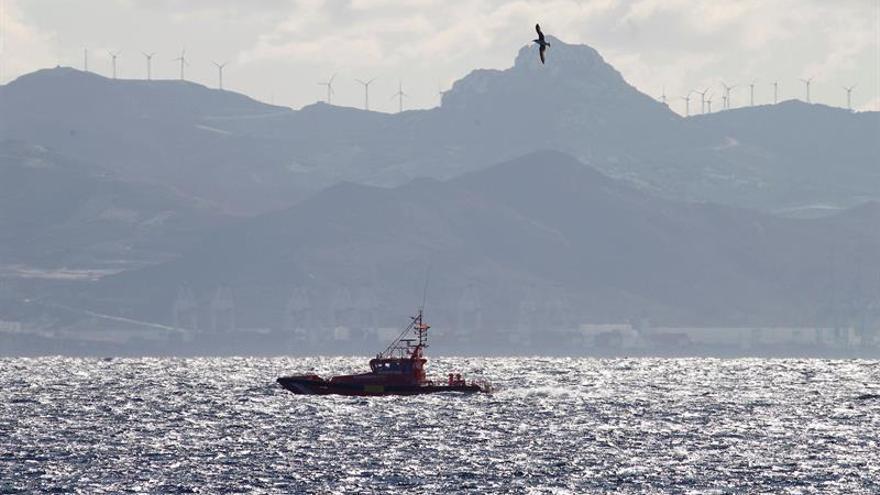 Buscan a tres inmigrantes desaparecidos tras volcar una patera en Almería