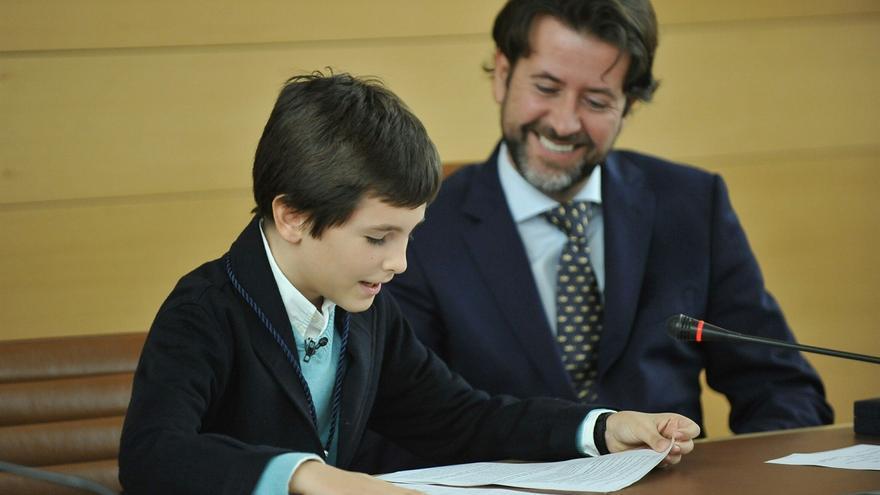 Nicolás Naranjo, alumno del Hispano Inglés de Santa Cruz, junto a Carlos Alonso
