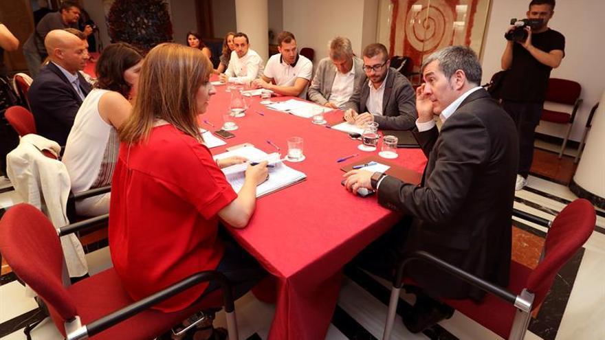 El presidente del Gobierno de Canarias, Fernando Clavijo, en la reunión con el Comité de Expertos para el Estudio del Cambio Climático y Fomento de la Economía Circular y Azul en Canarias. EFE/Elvira Urquijo A.