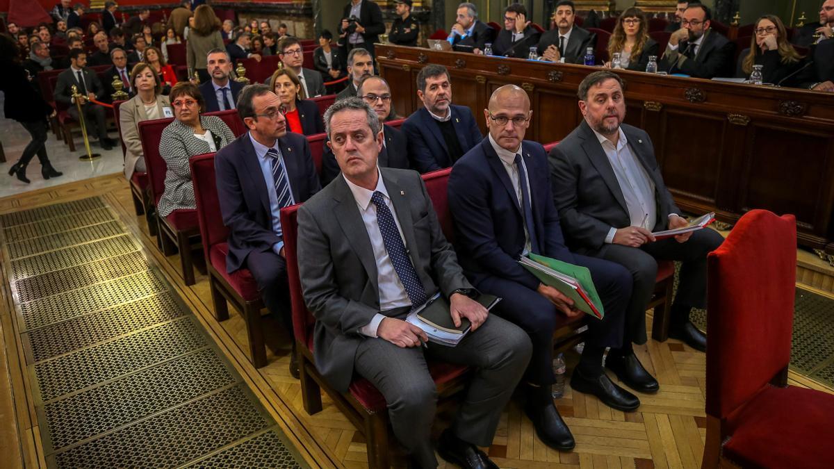 """Los doce líderes independentistas acusados por el proceso soberanista catalán en el banquillo del Tribunal Supremo al inicio del juicio del """"procés"""". EFE/Emilio Naranjo/Archivo"""