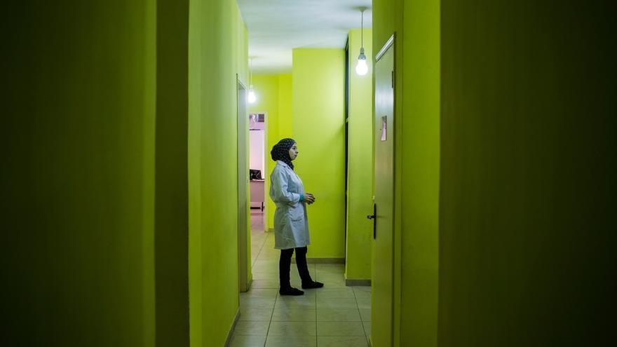 Una médica de MSF se prepara para atender a una mujer embarazada. Para la mayoría de los nuevos residentes en el campo de Shatila pagar por los servicios médicos es un lujo que no pueden permitirse. La atención gratuita proporcionada por MSF es vital para ellos. Fotografía: Diego Ibarra Sánchez