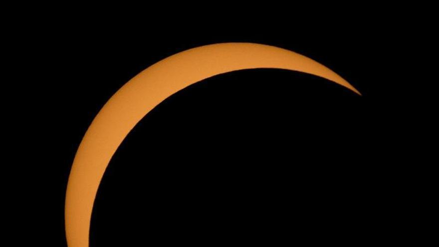 Acaba el eclipse de sol en EE.UU., seguido por millones de personas