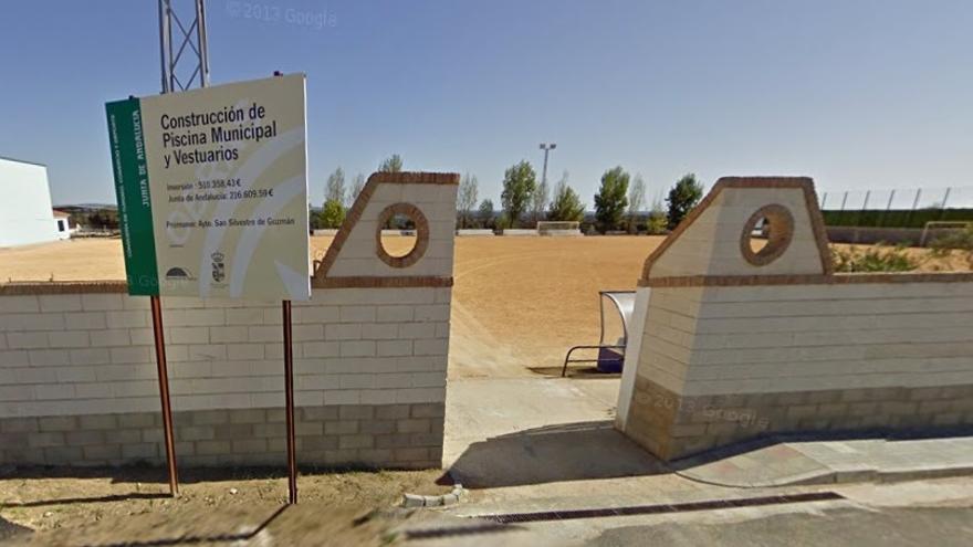 Acceso al campo municipal de San Silvestre de Guzmán, donde se produjeron los hechos.