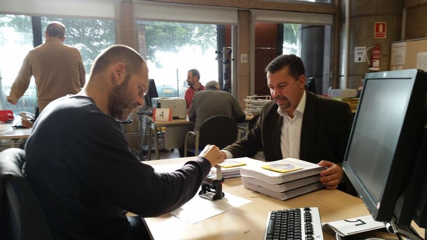 En la imagen, el alcalde (derecha) presentado las subsanaciones al Plan General de Ordenación (PGO)  y al Plan Especial de Protección del Casco Histórico.