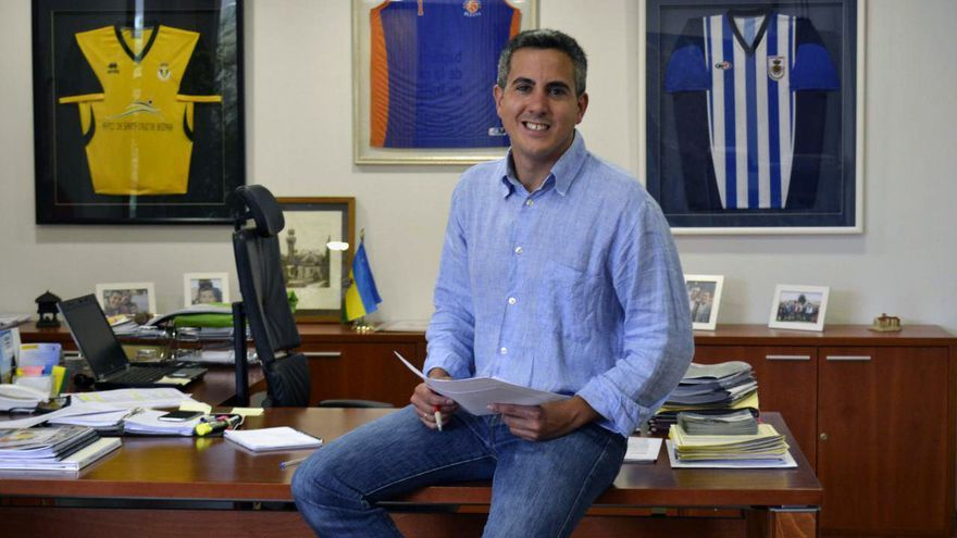 El alcalde de Santa Cruz de Bezana, Pablo Zuloaga (PSOE), en su despacho.