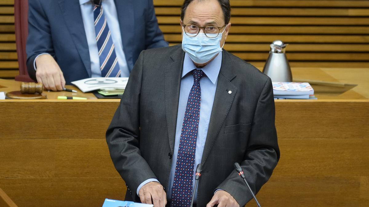El conseller de Hacienda, Vicent Soler, defiende el decreto del Plan Resistir Plus en las Corts Valencianes,