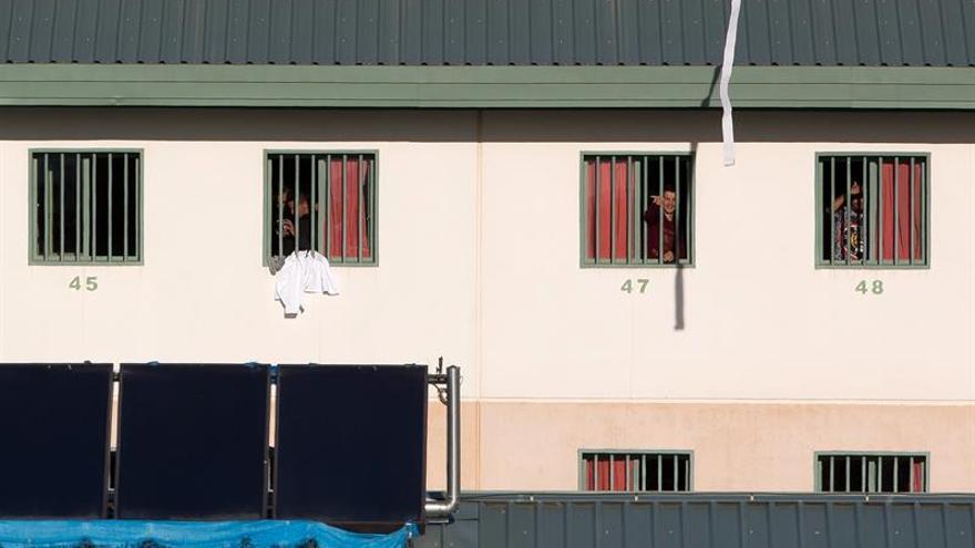Inmigrantes internados en cárcel de Málaga se quejan de frío y falta de mudas