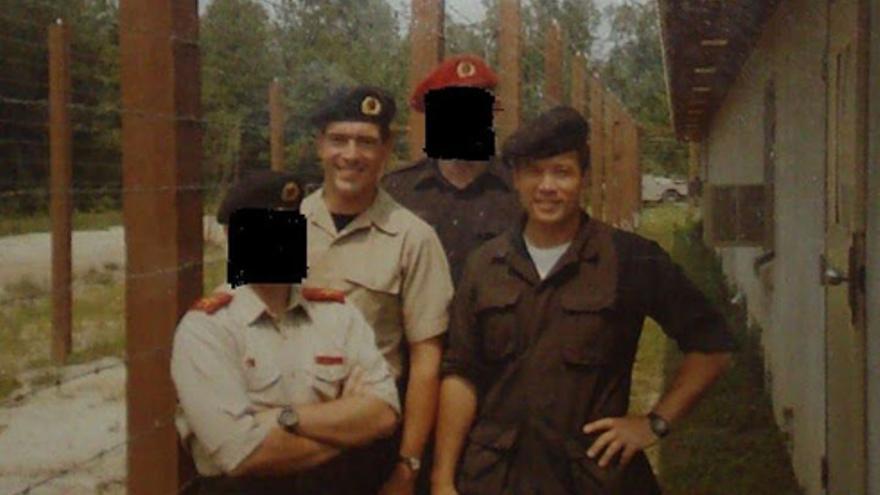Campamento de entrenamiento SERE (Survival, Evasion, Resistance, and Escape) en Fort Bragg. En la foto aparecen el capitán Michael Kearns y el psicólogo Bruce Jessen.