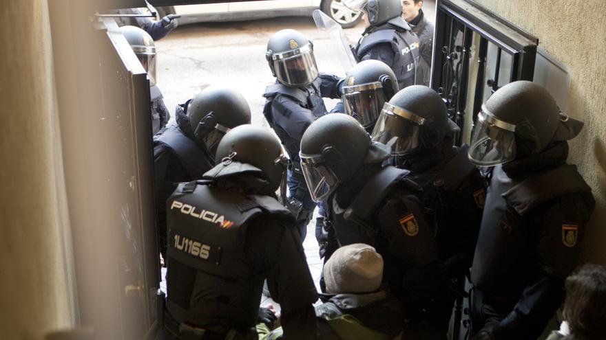 La policía saca en volandas a un activista que intentaba parar el desahucio de Elvira y su familia. / DisoPress