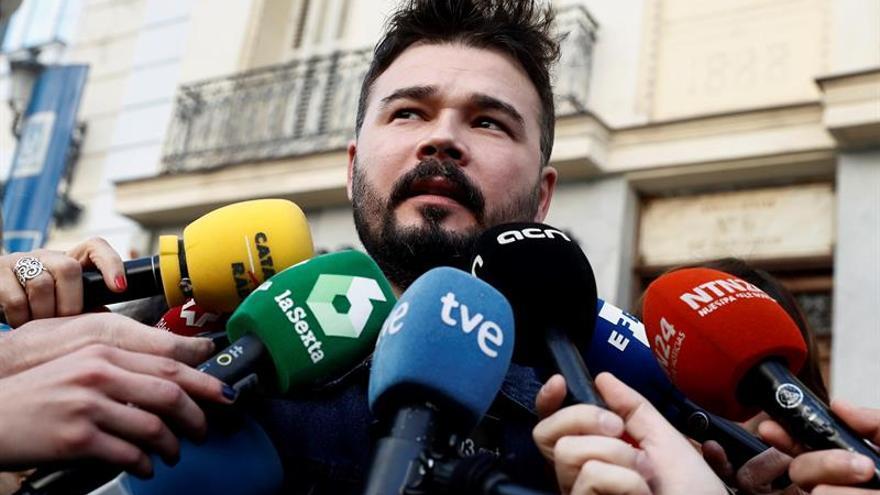 """Rufián denuncia la """"carrera de hooligans"""" entre PP y Cs con la complicidad del PSOE"""