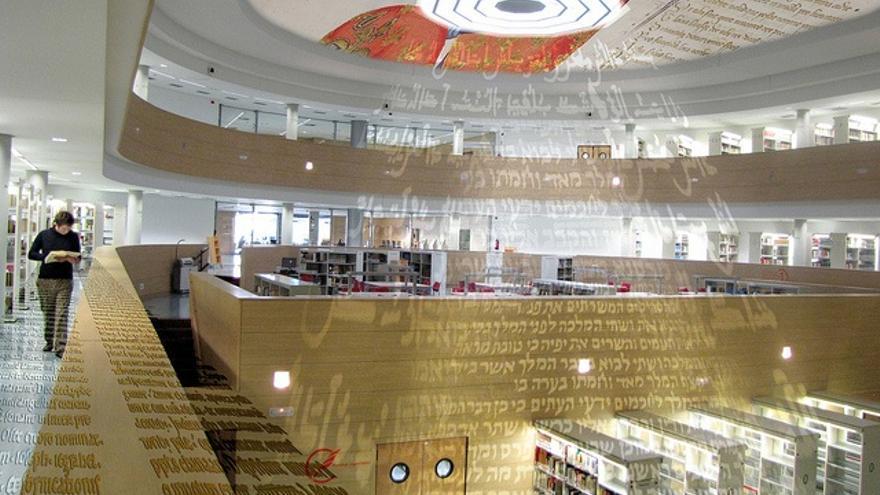 La luz del conocimiento – Fotomontaje sobre la biblioteca Tomás Narro Tomás del Centro de Ciencias Humanas y Sociales del CSIC. Autor: Javier Pérez