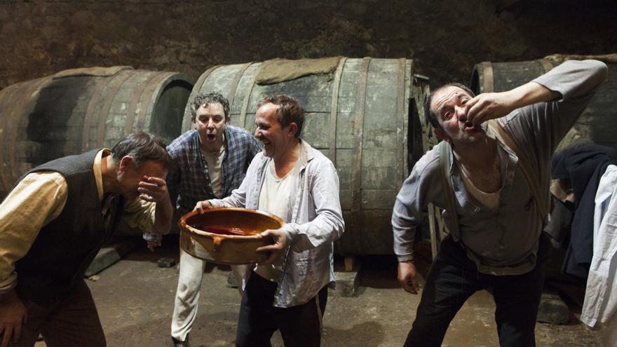 Los tres amigos de  'A Esmorga' bebiendo y riéndo