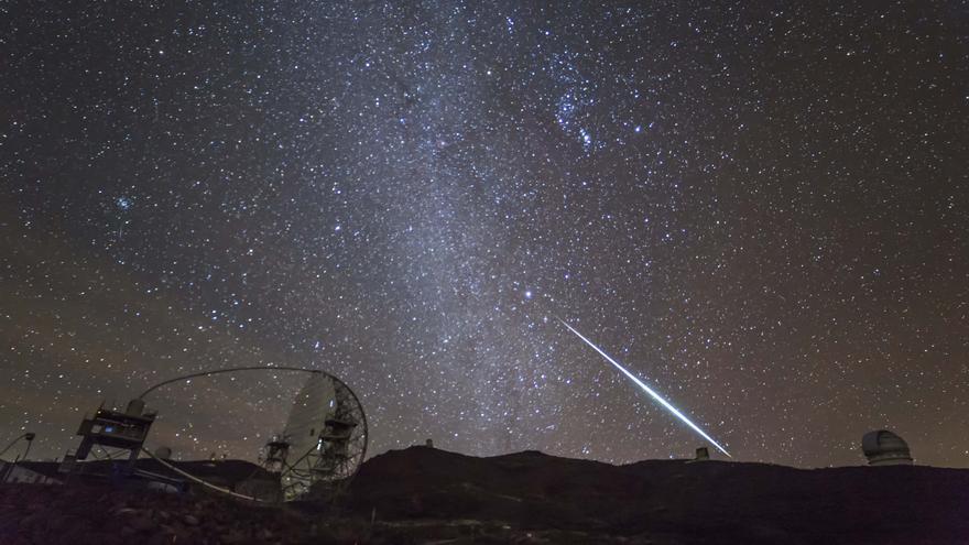 Foto del cielo nocturno de La Palma captada en el Roque, seleccionada este lunes como Imagen del Día de la Ciencia de la Tierras. Título: Gemínida y telescopios. Autor: JUAN ANTONIO GONZÁLEZ