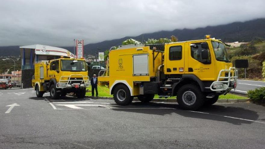 En la imagen, los dos vehículos autobomba forestales para la lucha contra los incendios adquiridos por el Cabildo.