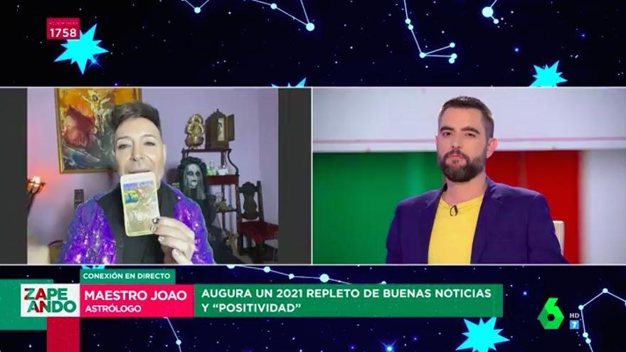 El Maestro Joao con la carta del futuro de Dani Mateo