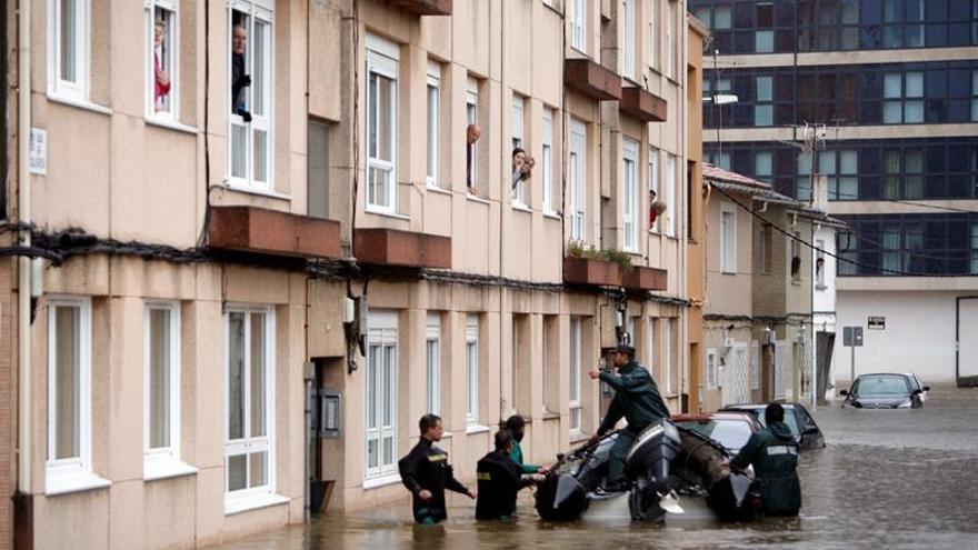 La localidad coruñesa de Sada recurre a las zodiac y a la Guardia Civil para evacuar a los vecinos