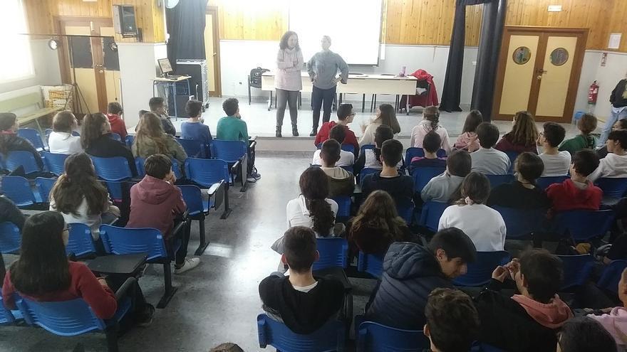 La experta en igualdad Gema Otero, junto a la coordinadora de coeducación del IES Albero de Alcalá de Guadaíra (Sevilla), Eva Sánchez, antes de iniciar el taller de prevención de las violencias machistas.