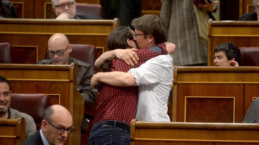 Xavier Domènech se abraza con Pablo Iglesias en un pleno