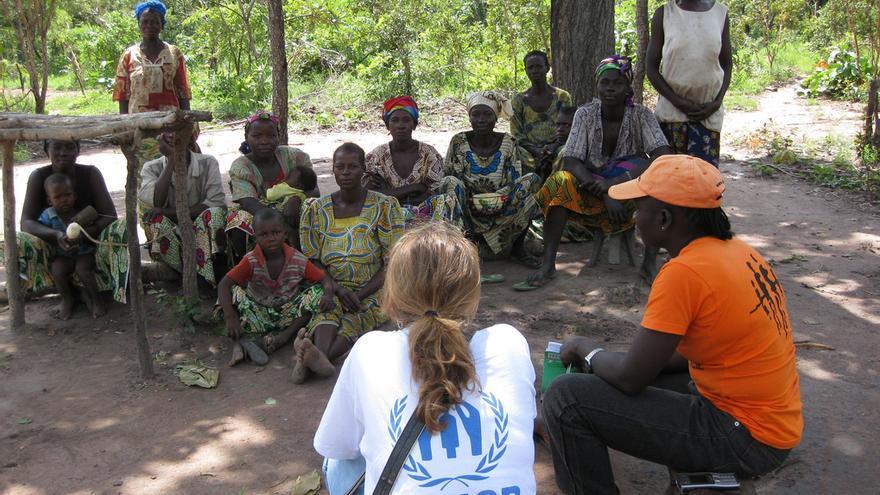 Foto: ACNUR. Los equipos de ACNUR ayudan a formar grupos de autoayuda con mujeres desplazadas internas de la República Centroafricana.