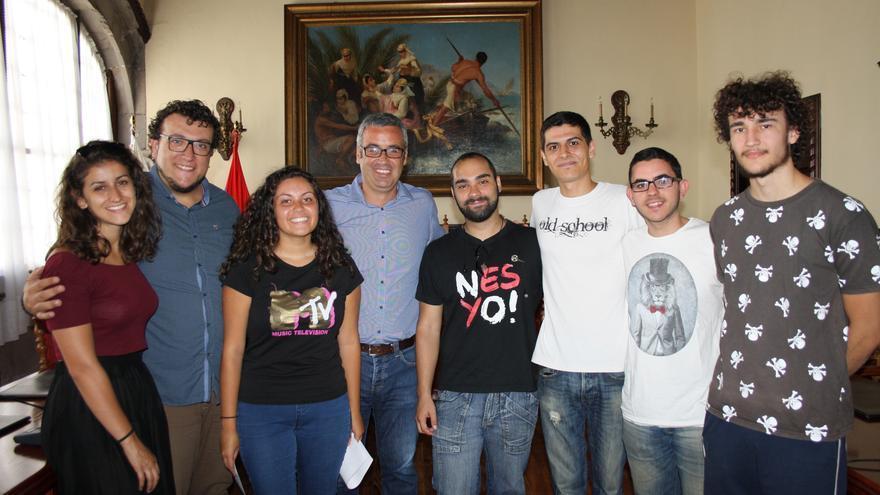 Los jóvenes que participaron en el festival con las autoridades.