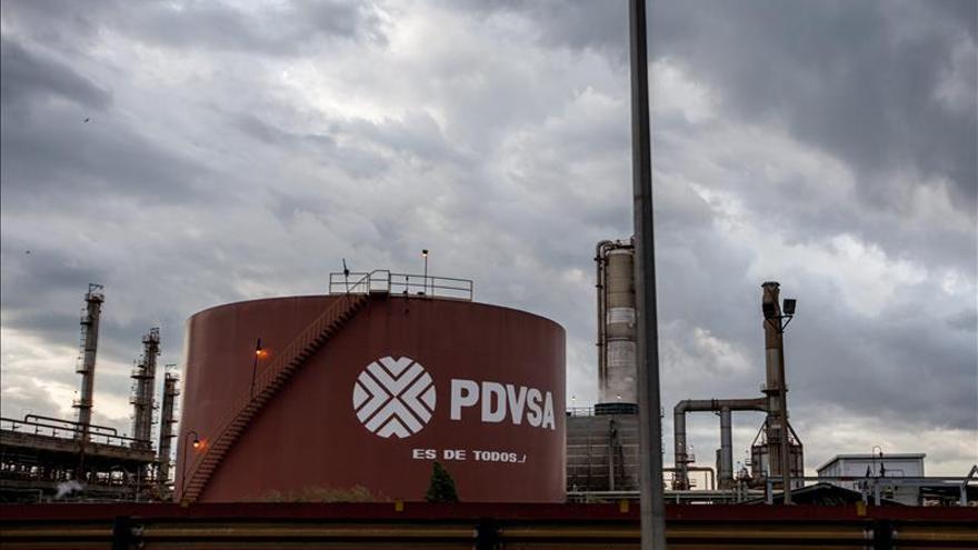La caída del precio del crudo puede prolongarse en la primera mitad de 2015