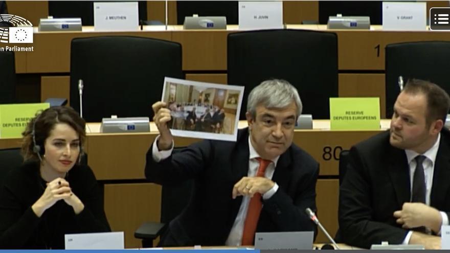 El jefe de la delegación de Ciudadanos en la Eurocámara, Luis Garicano (Renew Europe), muestra una foto del consejo de gobierno del BCE, el 18 de noviembre, en Bruselas.