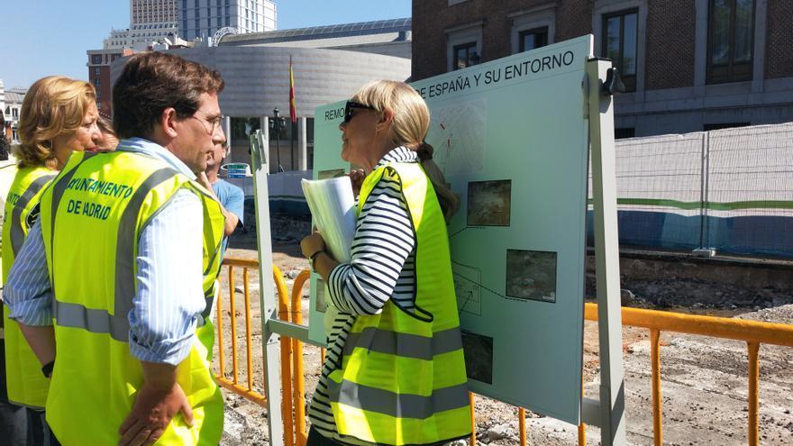El alcalde, José Luis Martínez Almeida, visita las obras junto a Paloma García Romero, delegada de Obras y Equipamientos, y Esther Andreu, una de las arqueólogas que supervisa las obras (junto al cartel)