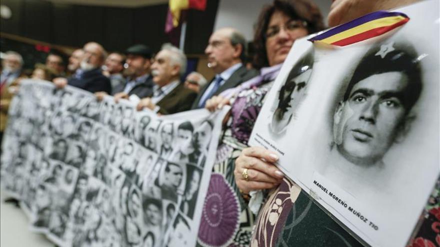 Familiares de victimas del Franquismo protestan en Bruselas, en 2014.