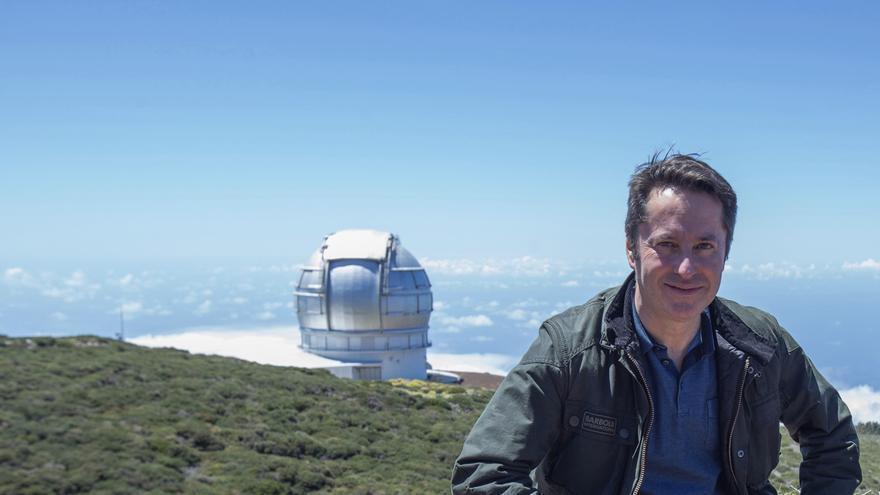 Ignacio Cirac, con el Gran Telescopio Canarias (GTC )al fondo, en el Observatorio del Roque de Los Muchachos (Garafía). Foto: Daniel López/IAC.