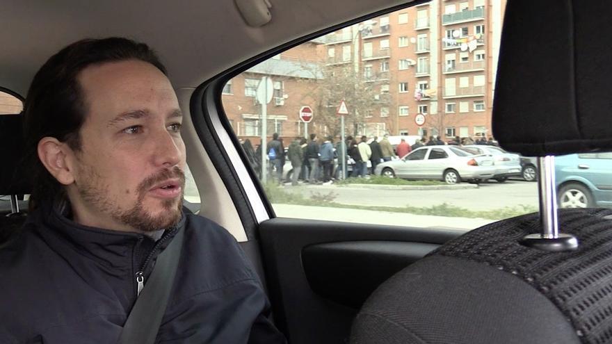 Pablo Iglesias llega en coche a la Caja Mágica de Madrid, donde este domingo se celebró uno de los principales actos de Podemos, con Ada Colau. Fuera, colas de gente esperando para entrar / Foto extraida del vídeo realizado por eldiario.es