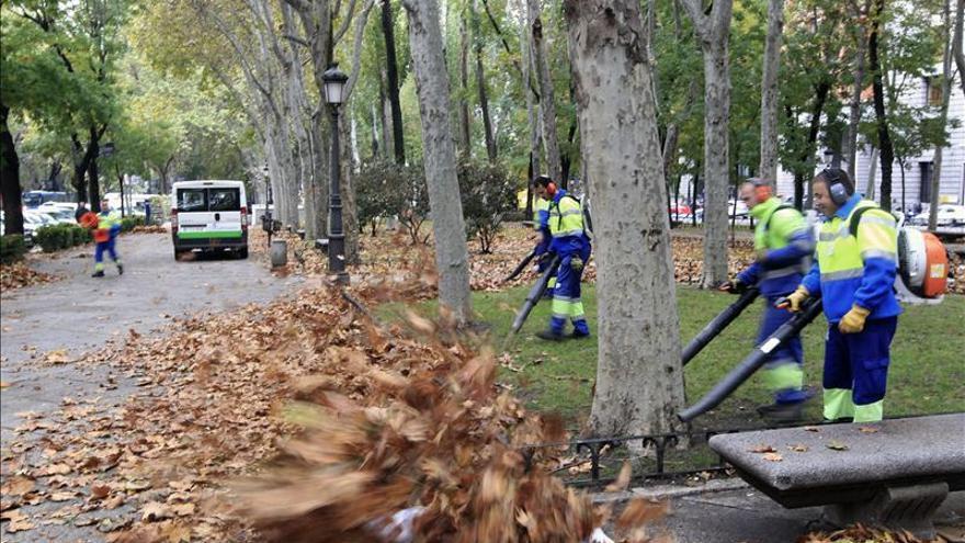 Los barrenderos se afanan en dejar limpia Madrid antes del jueves
