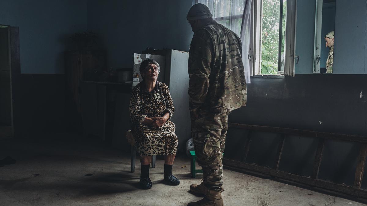 Lena habla con un soldado armenio al que acoge en su casa en el municipio de Aravus