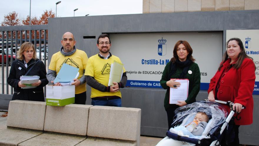 Los representantes de las AMPA entregan las firmas en el SESCAM