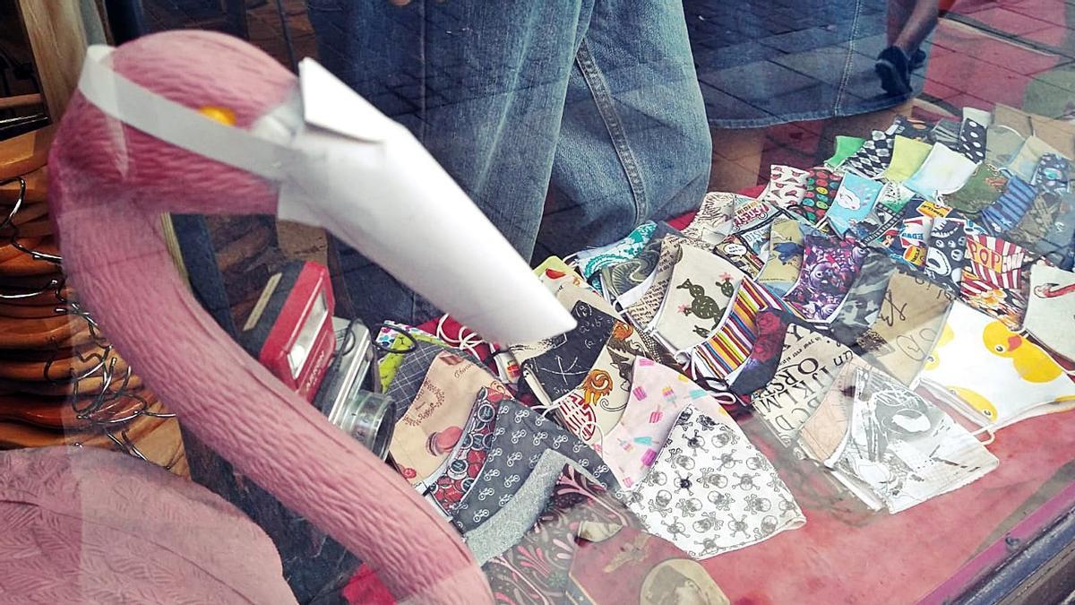 Mascarillas en el escaparate de una tienda de ropa de Madrid