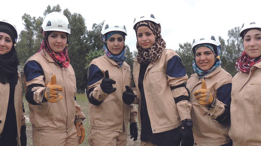 Los Cascos Blancos arriesgan su vida voluntariamente para ayudar a los civiles, por ejemplo, en tareas de rescate tras un bombardeo. 56 mujeres forman parte de los equipos en Alepo e Idleb. | White Helmets