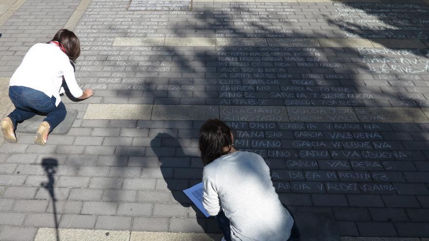 Durante varias horas vecinos de León se acercaron a la plaza para escribir los nombres / ARMH