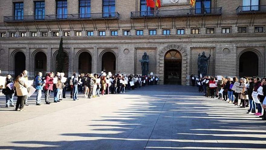 Concentración a las puertas del Ayuntamiento de Zaragoza exigiendo la aprobación de los presupuestos