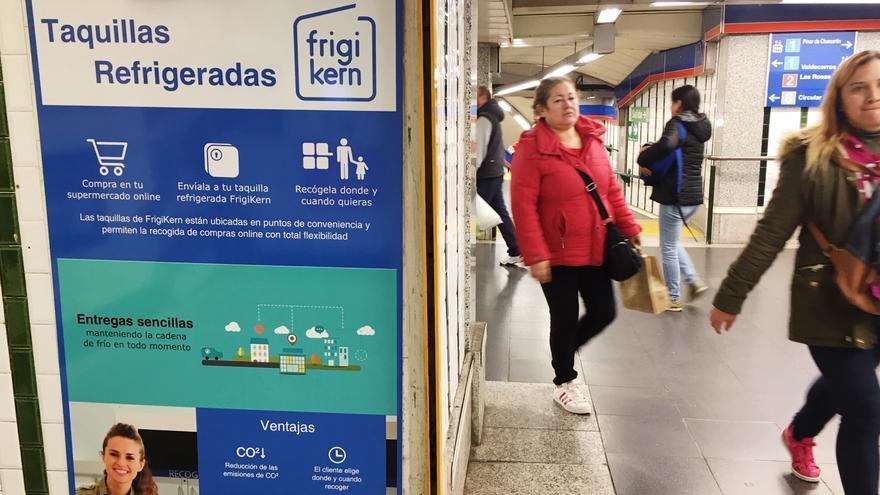 Carteles que anuncian las taquillas de alimentos refrigerados.