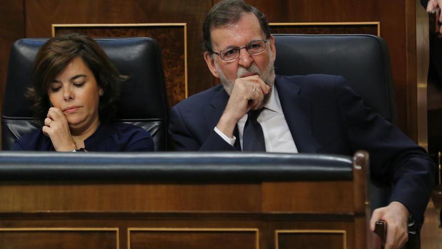 Mariano Rajoy bosteza y Soraya Sáenz de Santamaría habla por teléfono durante la intervención de Irene Montero en el debate de la moción de censura