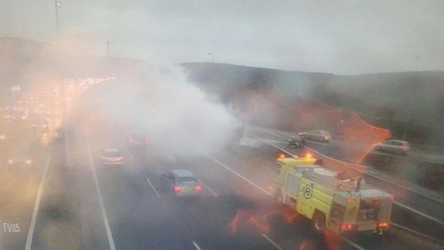 Incendio de un camión en la GC-1. (CARRETERAS CABILDO DE GRAN CANARIA)