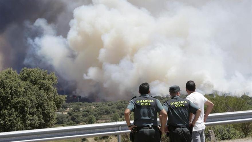 Un incendio en Arribes (Zamora) obliga a cortar la N-122 y a evacuar a los vecinos