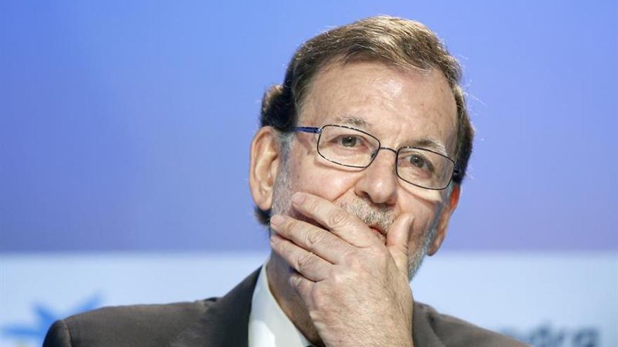 "Rajoy avisa al PSOE que Podemos le está ya ""mojando la oreja"""
