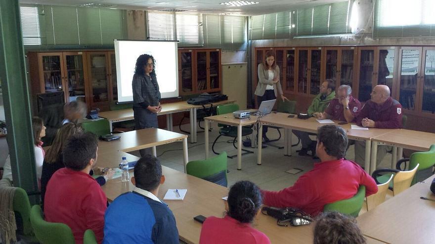 En la imagen, la consejera insular de Medio Ambiente y la delegada de REE en Canarias, en la jornada de formación de agentes y técnicos del Cabildo para la prevención y extinción de incendios forestales.
