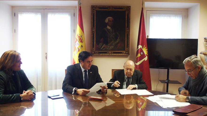El acto de cesión de las obras se ha celebrado en la Alcaldía de Cuenca