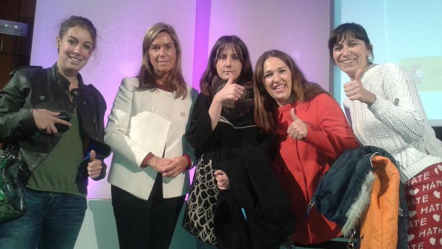 Integrantes de los colectivos feministas con Ana Mato