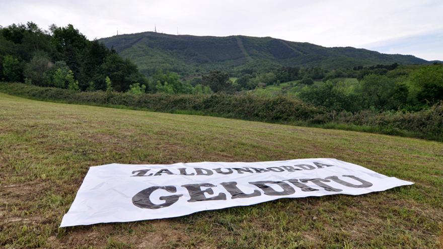 Carteles contra el macrocentro comercial en los terrenos de Zaldunborda